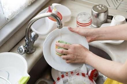 Rửa bát không chuẩn chẳng khác nào ăn vi khuẩn, một vài thao tác sai cần phải sửa, nhiều gia đình đọc xong tá hỏa