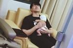 Đông Nhi đăng ảnh 'ông bố bỉm sữa' Ông Cao Thắng vừa ôm con vừa ngủ gật cùng lời thú nhận: Cuộc sống 5 ngày qua có hơi 'đảo lộn'
