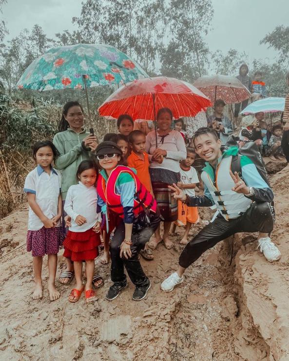 Đại gia Minh Nhựa âm thầm cùng vợ vào Quảng Bình cứu trợ bà con sau lũ lụt, hình ảnh lấm lem bùn đất của anh khiến dân tình xúc động vô cùng-1