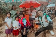 Đại gia Minh Nhựa âm thầm cùng vợ vào Quảng Bình cứu trợ bà con sau lũ lụt, hình ảnh lấm lem bùn đất của anh khiến dân tình xúc động vô cùng