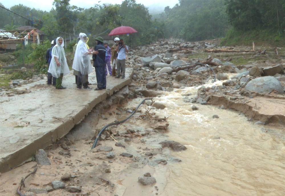 Quảng Ngãi: Lũ quét kinh hoàng cuốn trôi 6 nhà dân, khiến một ngôi làng có nguy cơ bị xóa sổ-1