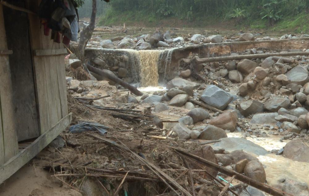 Quảng Ngãi: Lũ quét kinh hoàng cuốn trôi 6 nhà dân, khiến một ngôi làng có nguy cơ bị xóa sổ-3