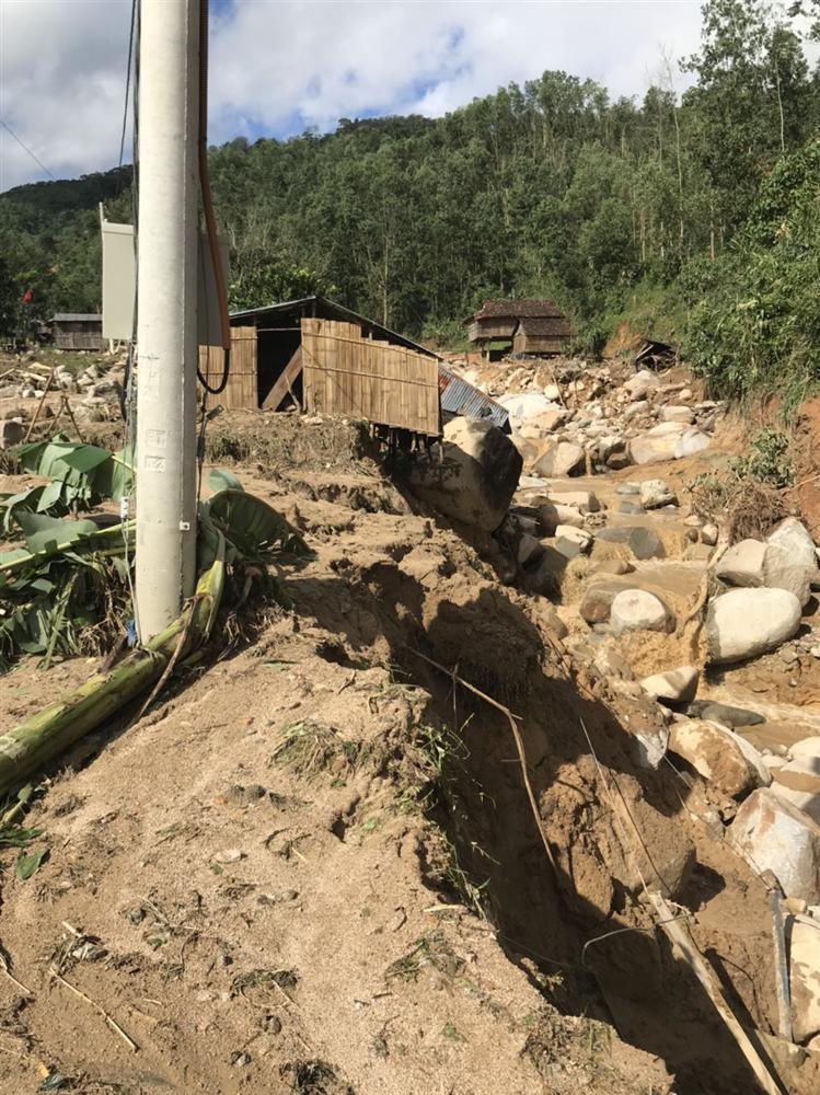 Quảng Ngãi: Lũ quét kinh hoàng cuốn trôi 6 nhà dân, khiến một ngôi làng có nguy cơ bị xóa sổ-5