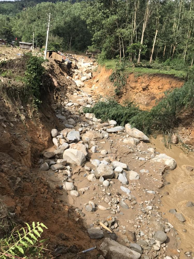 Quảng Ngãi: Lũ quét kinh hoàng cuốn trôi 6 nhà dân, khiến một ngôi làng có nguy cơ bị xóa sổ-6
