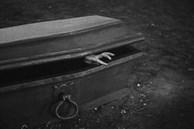 Rùng mình cụ bà bật dậy từ quan tài sau 6 ngày tưởng như đã chết, hành động đầu tiên còn gây bất ngờ hơn