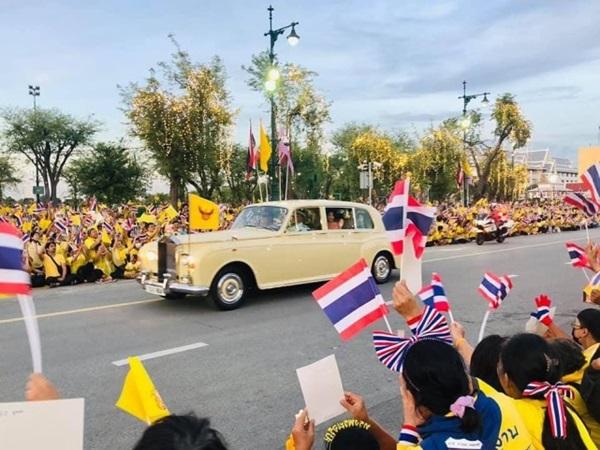 Hoàng hậu Suthida gây chú ý với biểu cảm khác lạ khi Hoàng quý phi Thái Lan quỳ rạp dưới chân Quốc vương-1