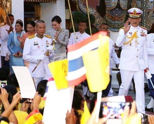 Hoàng hậu Suthida gây chú ý với biểu cảm khác lạ khi Hoàng quý phi Thái Lan quỳ rạp dưới chân Quốc vương-2