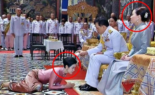 Hoàng hậu Suthida gây chú ý với biểu cảm khác lạ khi Hoàng quý phi Thái Lan quỳ rạp dưới chân Quốc vương-4