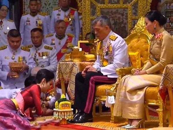 Hoàng hậu Suthida gây chú ý với biểu cảm khác lạ khi Hoàng quý phi Thái Lan quỳ rạp dưới chân Quốc vương-6