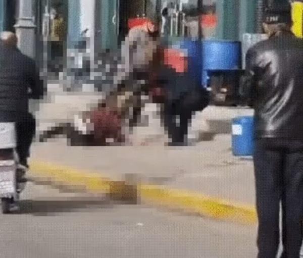 Người đàn ông đánh vợ đến chết ngay trên đường khiến dư luận phẫn nộ, phản ứng của những người chứng kiến gây bức xúc-3