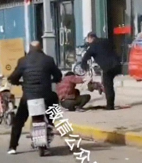 Người đàn ông đánh vợ đến chết ngay trên đường khiến dư luận phẫn nộ, phản ứng của những người chứng kiến gây bức xúc-5