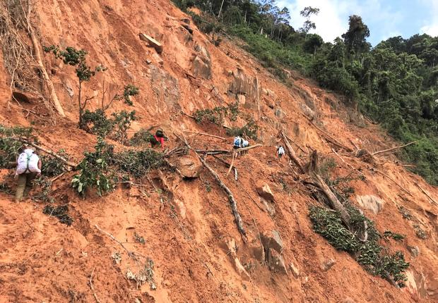 Đau xót khi tìm thấy 6 thi thể trẻ nhỏ trong vụ sạt lở núi kinh hoàng ở Phước Sơn-2