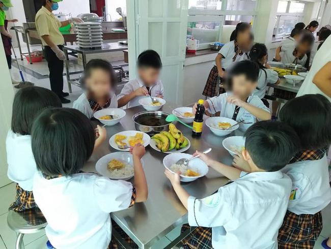Vụ suất ăn bán trú trường Tiểu học Trần Thị Bưởi: Phụ huynh đón con về giữa trưa vì trường không cho mang cơm theo, hiệu trưởng lên tiếng về vụ việc đêm 2/11-1