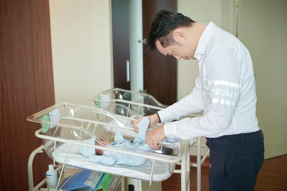 """Mê tít loạt khoảnh khắc các bố bỉm sữa showbiz Việt chăm con, Ông Cao Thắng và Cường Đô La cạnh tranh"""" danh hiệu ông bố ngọt ngào nhất""""-10"""