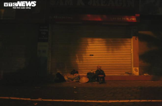 Xót xa cảnh màn trời chiếu đất của người vô gia cư tại Hà Nội-1