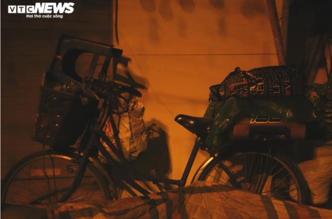 Xót xa cảnh màn trời chiếu đất của người vô gia cư tại Hà Nội-10