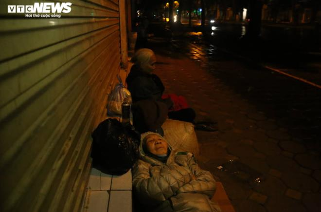 Xót xa cảnh màn trời chiếu đất của người vô gia cư tại Hà Nội-2