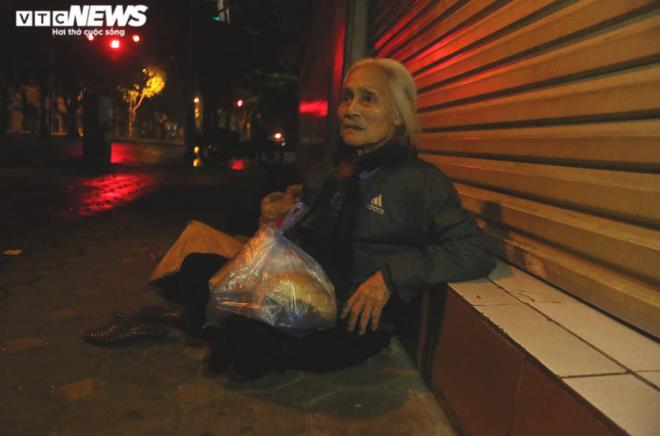 Xót xa cảnh màn trời chiếu đất của người vô gia cư tại Hà Nội-3