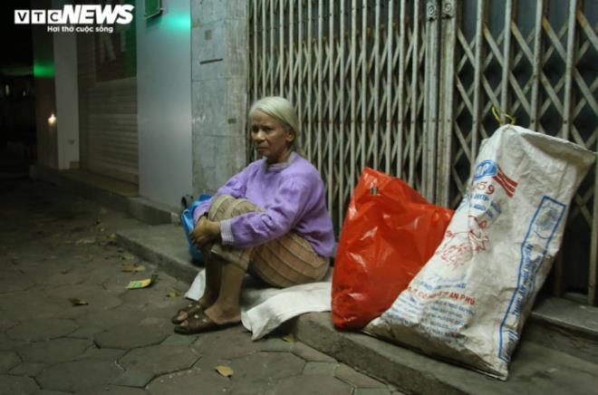 Xót xa cảnh màn trời chiếu đất của người vô gia cư tại Hà Nội-4