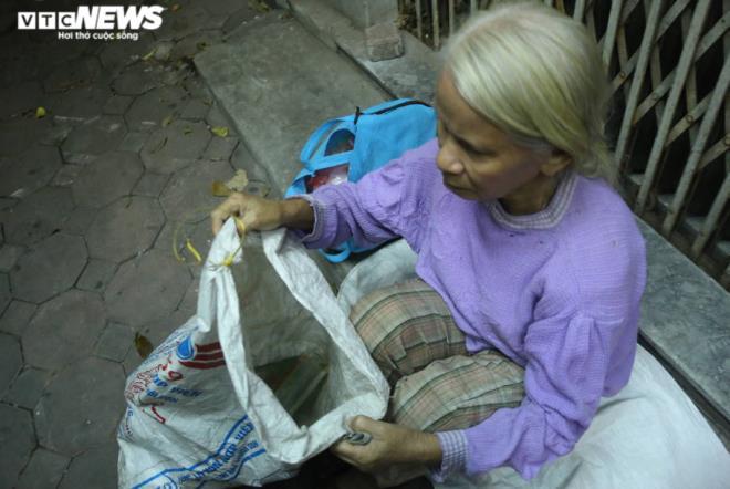 Xót xa cảnh màn trời chiếu đất của người vô gia cư tại Hà Nội-5