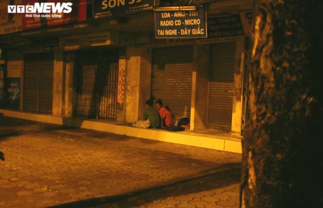 Xót xa cảnh màn trời chiếu đất của người vô gia cư tại Hà Nội-6
