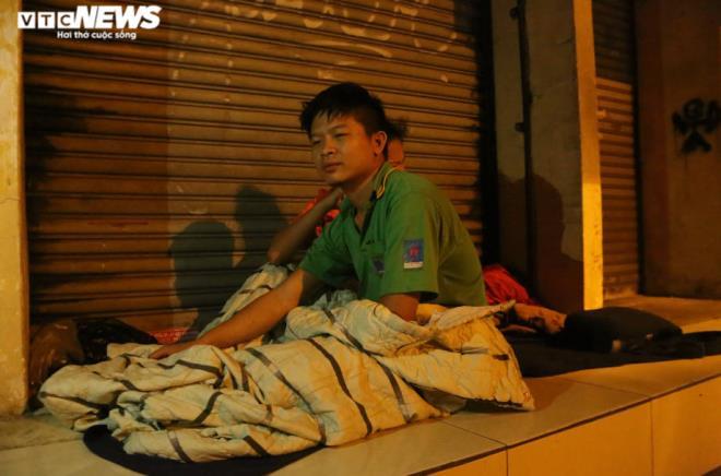 Xót xa cảnh màn trời chiếu đất của người vô gia cư tại Hà Nội-7