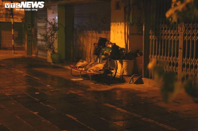 Xót xa cảnh màn trời chiếu đất của người vô gia cư tại Hà Nội-8