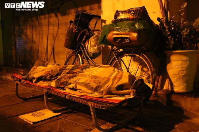 Xót xa cảnh màn trời chiếu đất của người vô gia cư tại Hà Nội-9