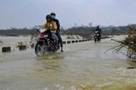 Người dân liều mình đi qua cầu tràn ngập lũ