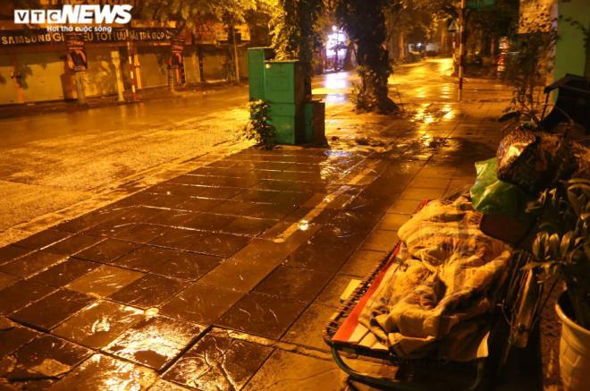 Xót xa cảnh màn trời chiếu đất của người vô gia cư tại Hà Nội-12