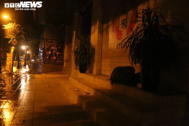 Xót xa cảnh màn trời chiếu đất của người vô gia cư tại Hà Nội-13