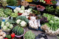 Ảnh hưởng mưa bão giá rau ở Hà Nội tăng gấp đôi: Bữa cơm tiền rau gần bằng tiền mua thịt, cá