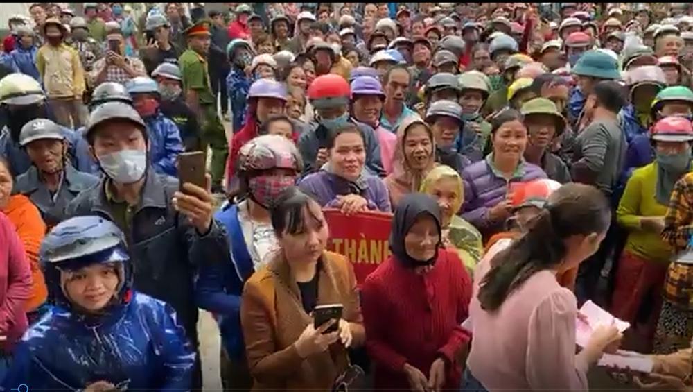 Thủy Tiên ngày thứ 8 viện trợ miền Trung - dân hỗn loạn, nhiều người quay lại khóc lóc xin thêm tiền-1