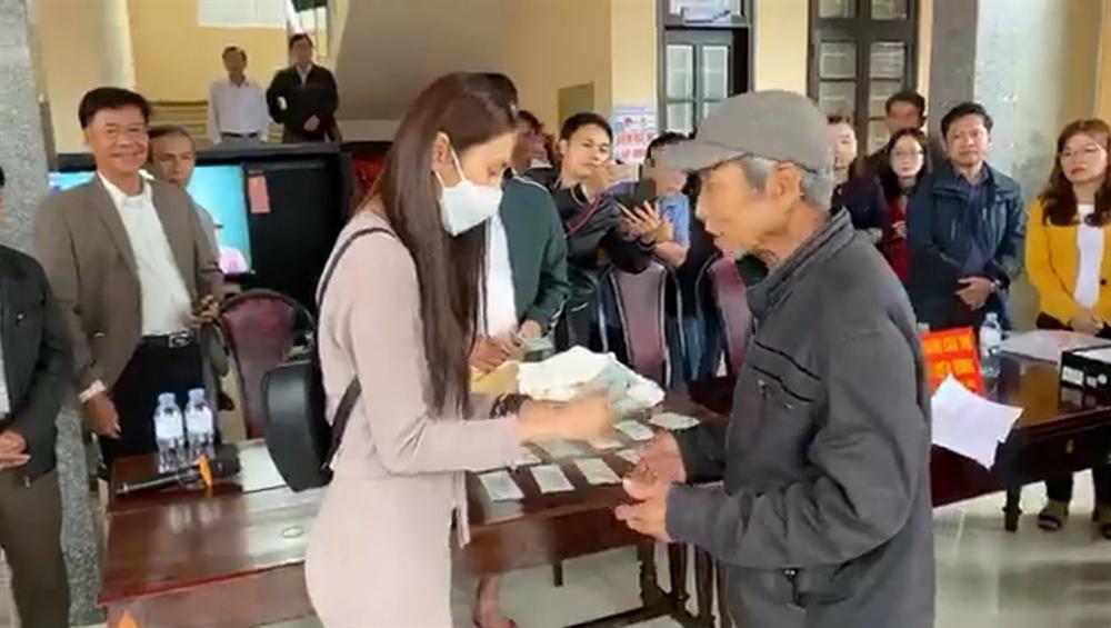 Thủy Tiên ngày thứ 8 viện trợ miền Trung - dân hỗn loạn, nhiều người quay lại khóc lóc xin thêm tiền-2