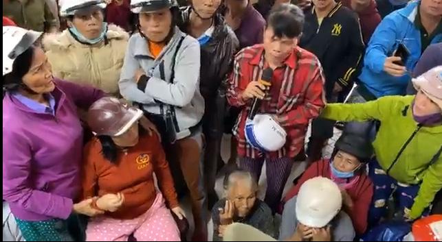 Thủy Tiên ngày thứ 8 viện trợ miền Trung - dân hỗn loạn, nhiều người quay lại khóc lóc xin thêm tiền-4