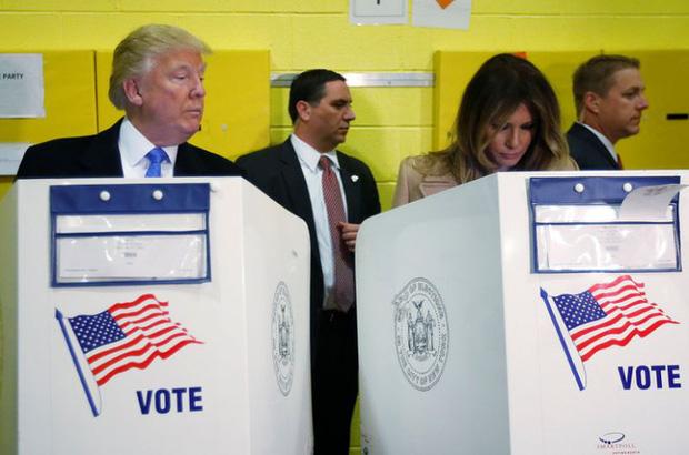 Dân mạng chia sẻ ầm ầm khoảnh khắc hài hước khi Tổng thống Trump liếc xem vợ có bỏ phiếu cho mình không và đây mới là sự thật-1