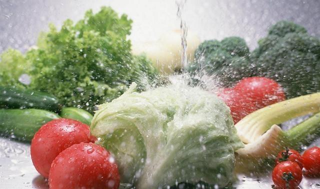 Rửa 3 loại rau này mà chỉ xả bằng nước chẳng khác nào không rửa! Thêm ngay thứ này, mọi chất bẩn sẽ tự động trôi ra ngoài-1