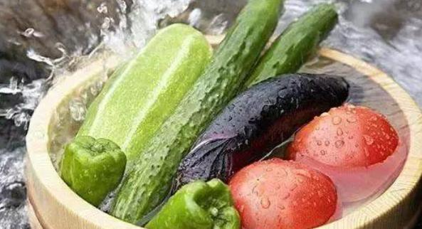 Rửa 3 loại rau này mà chỉ xả bằng nước chẳng khác nào không rửa! Thêm ngay thứ này, mọi chất bẩn sẽ tự động trôi ra ngoài-2