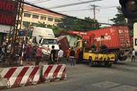 Nhân viên đường sắt ngủ quên không gác chắn, xe container bị tàu hoả tông đứt rời