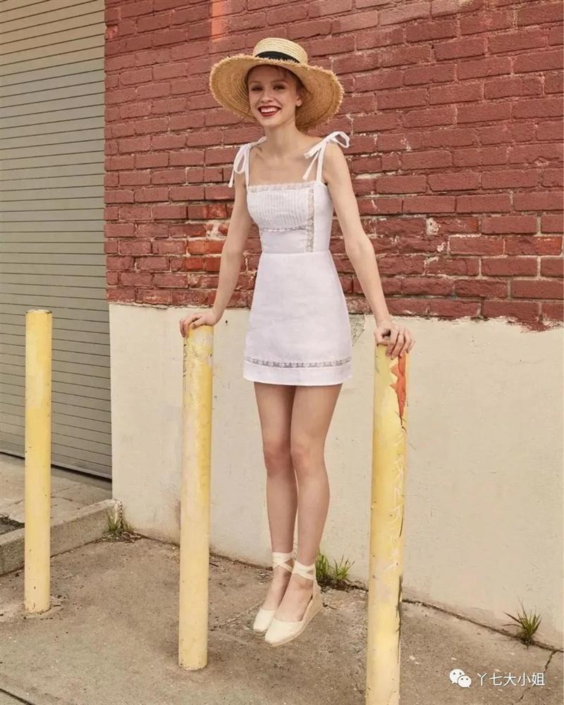 4 kiểu váy trắng mặc lên hack ngay 5 tuổi, diện đi làm hay đi chơi cũng max xinh-1
