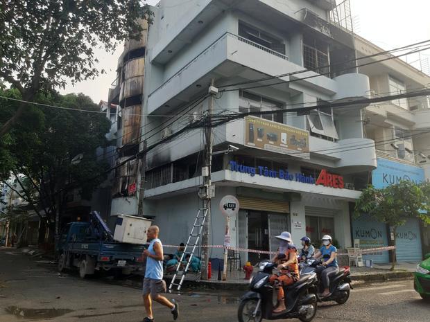 Căn nhà 4 tầng ở Sài Gòn cháy dữ dội, 6 người trong đó có trẻ em bị mắc kẹt-1