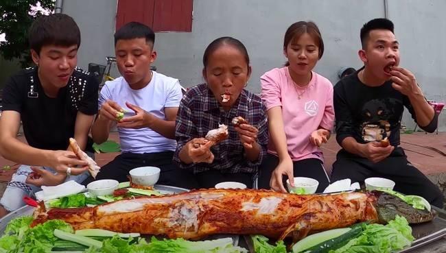 Ăn mừng chiếc xe mới mua chỉ với 40 triệu, Hưng Vlog và mẹ làm món cá sấu nướng siêu cay nhưng lại bị bóc phốt ở một điểm này-3