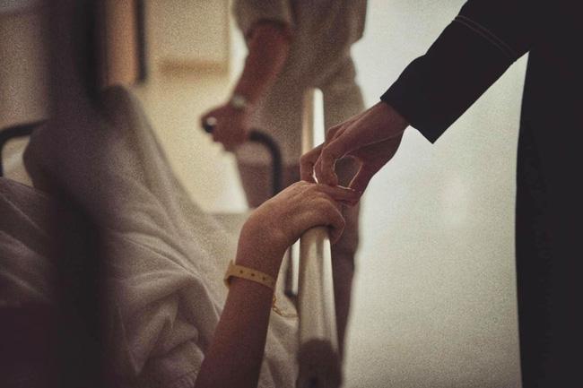 Khoảnh khắc Kim Lý nắm tay Hồ Ngọc Hà đưa tới tận cửa phòng sinh gây sốt-1