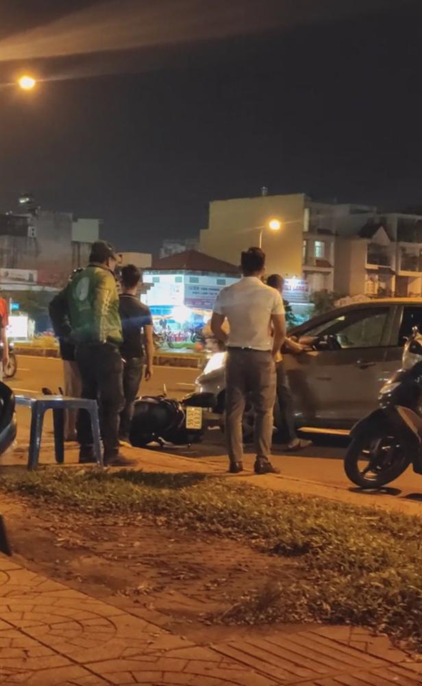 Clip: Nam thanh niên bị đánh đến mức tháo chạy sau mâu thuẫn giao thông, bạn gái ở lại bị tát và chửi bới giữa đường-2