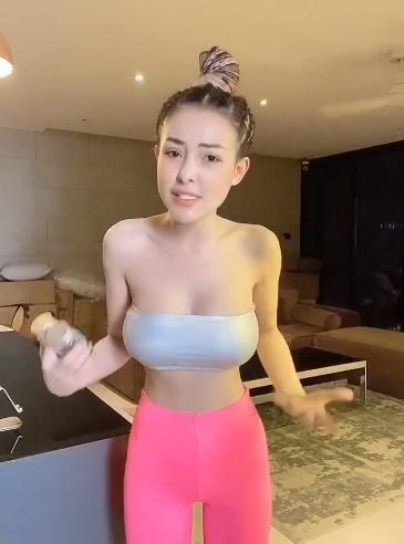 Ngân 98 mặc quần bó chịt livestream bán hàng làm khách khó chốt đơn-4
