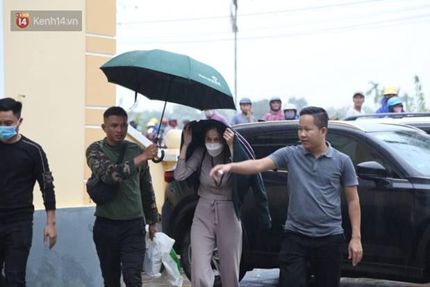 Sau lần ngưng tặng quà cứu trợ vì thấy nhiều người đeo vàng đến nhận, Thủy Tiên đã quay lại Hải Thượng để trao tiền cho người dân-2