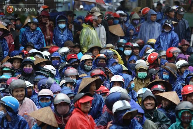 Sau lần ngưng tặng quà cứu trợ vì thấy nhiều người đeo vàng đến nhận, Thủy Tiên đã quay lại Hải Thượng để trao tiền cho người dân-5