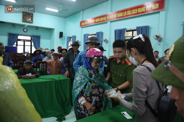 Sau lần ngưng tặng quà cứu trợ vì thấy nhiều người đeo vàng đến nhận, Thủy Tiên đã quay lại Hải Thượng để trao tiền cho người dân-9