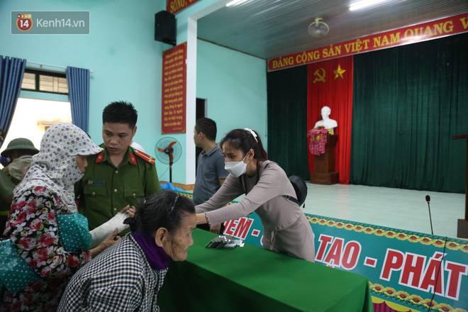Sau lần ngưng tặng quà cứu trợ vì thấy nhiều người đeo vàng đến nhận, Thủy Tiên đã quay lại Hải Thượng để trao tiền cho người dân-10