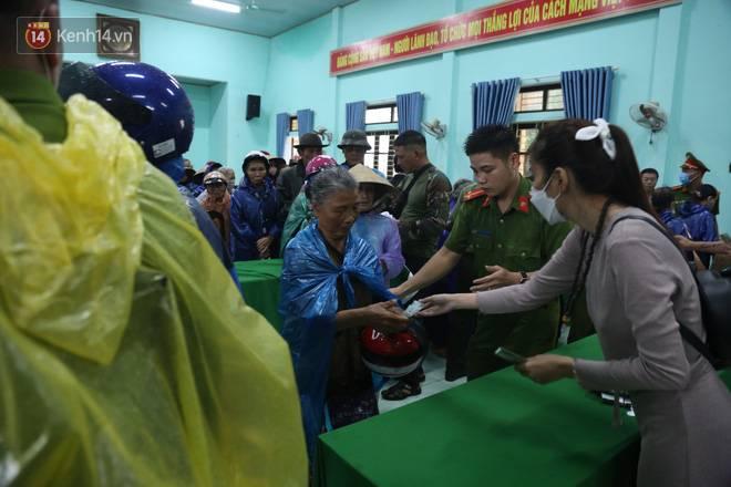 Sau lần ngưng tặng quà cứu trợ vì thấy nhiều người đeo vàng đến nhận, Thủy Tiên đã quay lại Hải Thượng để trao tiền cho người dân-11